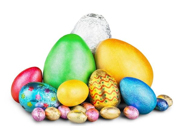 Grupo de ovos de páscoa de doces coloridos embrulhados em papel alumínio com laço