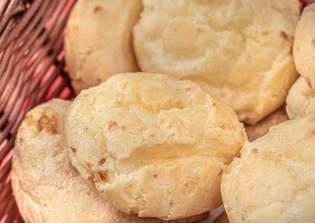 Grupo de pão de queijo em uma cesta de madeira com vista de cima
