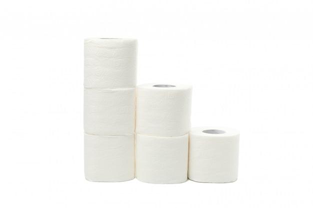 Grupo de papel higiênico isolado no branco
