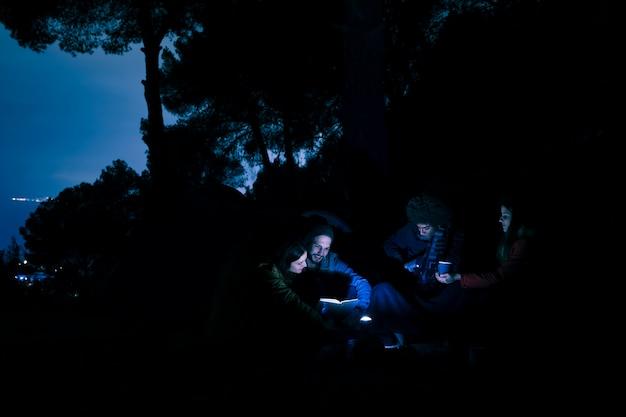 Grupo, de, par jovem, hiker, noturna, acampar, em, montanhas