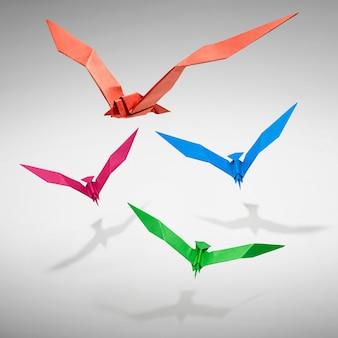 Grupo de pássaros voando em origami