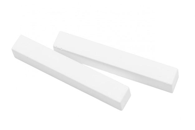 Grupo de pedaços de giz branco isolado no branco