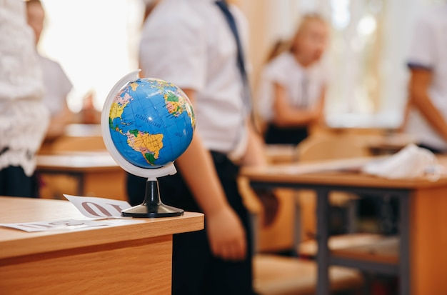 Grupo de pequenos alunos sentados na classe, aprendendo