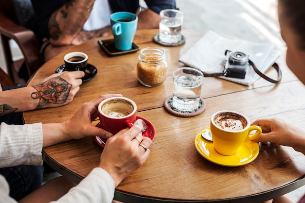 Grupo de pessoas bebendo café conceito