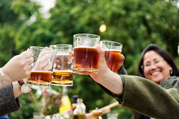 Grupo de pessoas brindando bebidas
