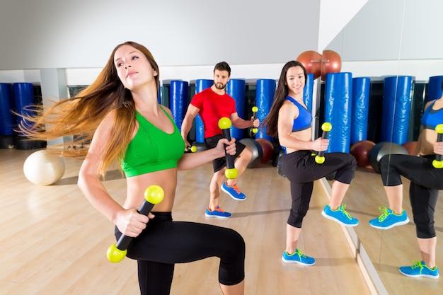Grupo de pessoas cardio de dança zumba no ginásio de fitness