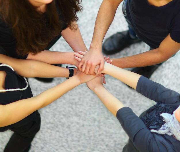 Grupo de pessoas com as mãos juntas
