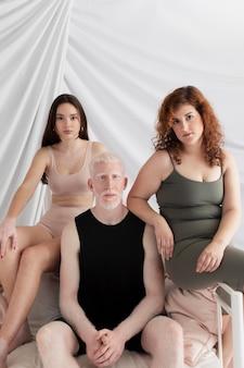 Grupo de pessoas com características únicas diferentes