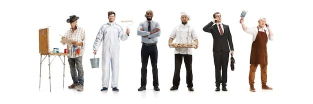 Grupo de pessoas com diferentes profissões, isolado no fundo branco do estúdio, horizontal. trabalhadores modernos de diversas ocupações, modelos masculinos como contador, empresário, açougueiro, padeiro.