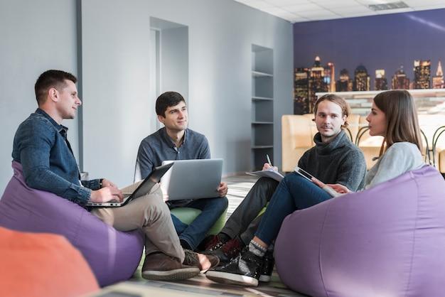 Grupo de pessoas com laptops