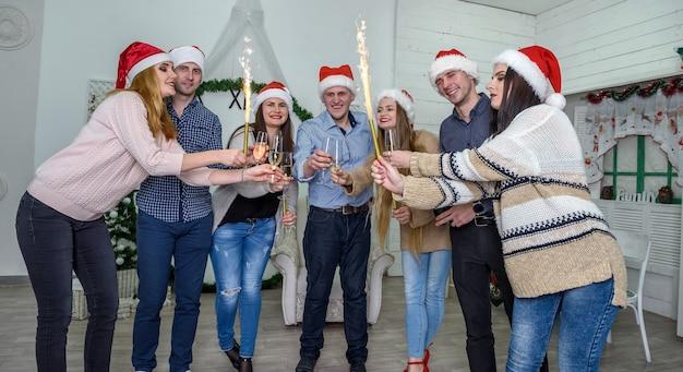 Grupo de pessoas com suéteres comemorando o ano novo