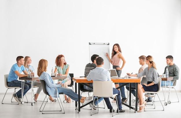 Grupo de pessoas com treinador de negócios no seminário
