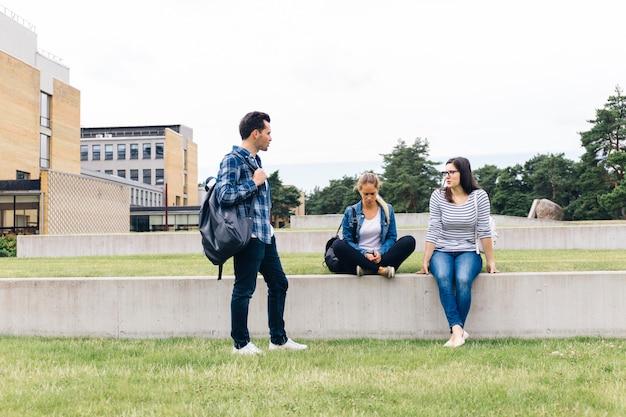 Grupo de pessoas conversando no pátio