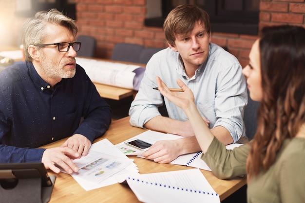 Grupo de pessoas criativas analisando o resultado do trabalho