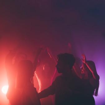 Grupo de pessoas dançando em disco