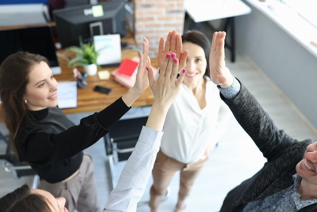 Grupo de pessoas dando cinco no seminário de negócios closeup
