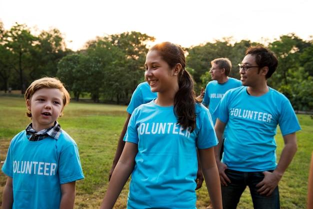 Grupo de pessoas de diversidade voluntária projeto de caridade