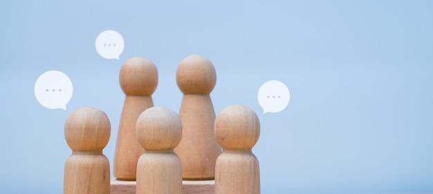 Grupo de pessoas de madeira, reunião ou conceito de brainstorming sobre fundo em branco
