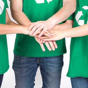 Grupo de pessoas de mãos dadas juntos