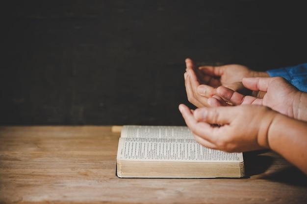Grupo de pessoas de mãos dadas rezando adoração acreditam