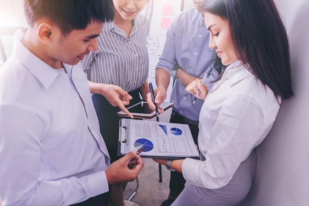 Grupo de pessoas de negócios, analisando dados após reunião no escritório