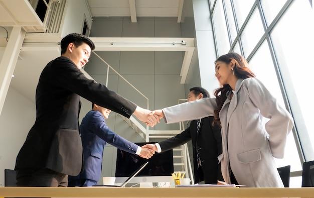 Grupo de pessoas de negócios com a mão a tremer no acordo comercial ou trabalho em equipe