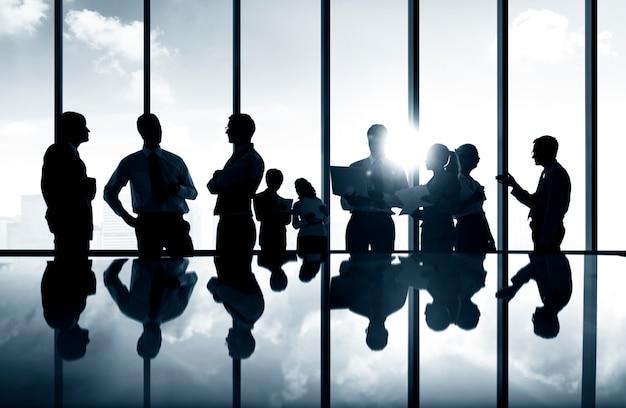 Grupo de pessoas de negócios, discutindo o conceito de equipe de planejamento