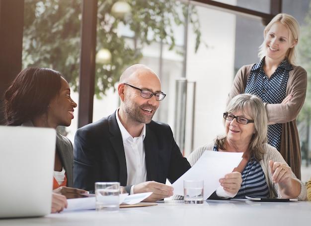 Grupo de pessoas de negócios, discutindo o conceito de escritório