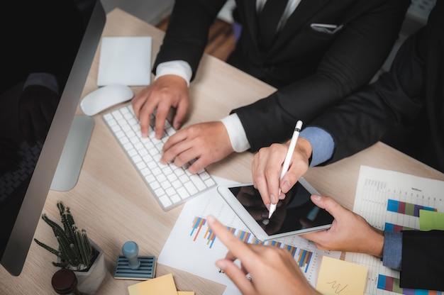 Grupo de pessoas de negócios diversos brainstorm conceito de reunião, trabalhando no conceito de escritório