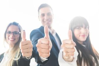 Grupo de pessoas de negócios, mostrando o polegar para cima o sinal