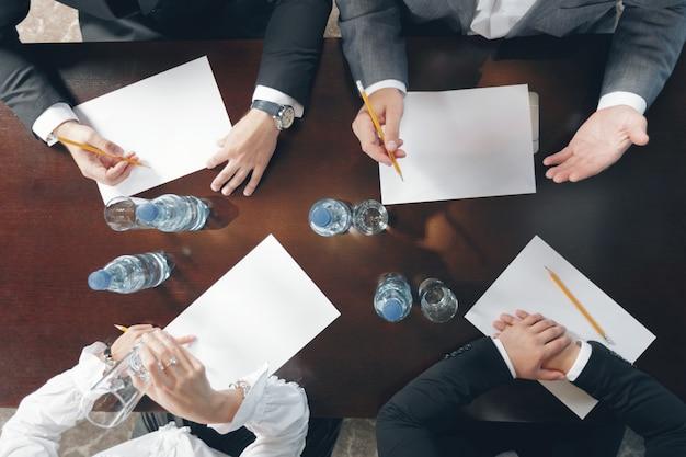 Grupo de pessoas de negócios ocupados trabalhando no escritório, vista superior