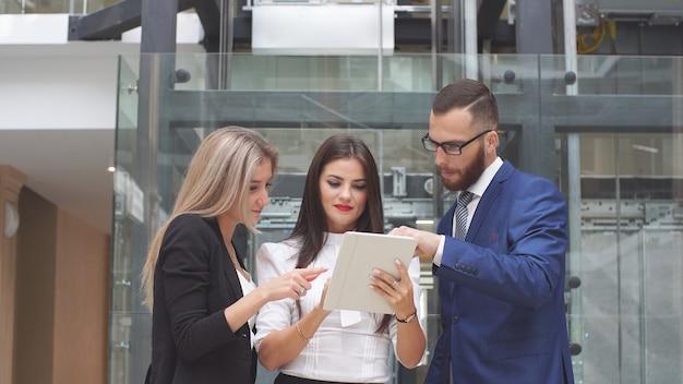 Grupo de pessoas de negócios que usam computador tablet durante uma reunião.
