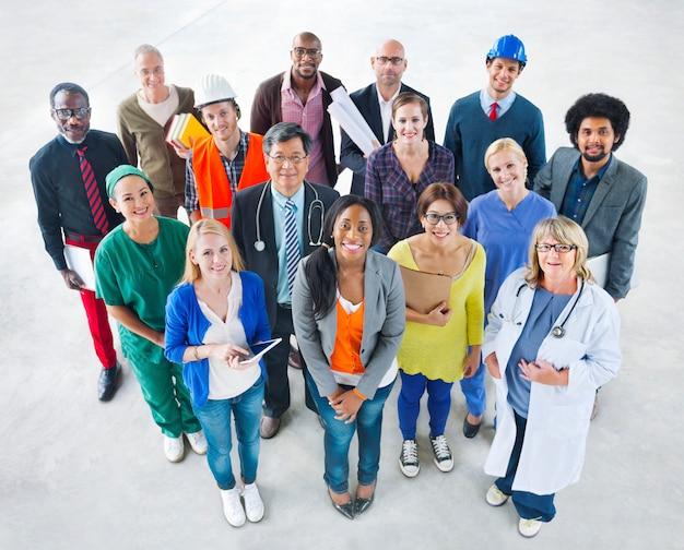 Grupo de pessoas de ocupação diversificada