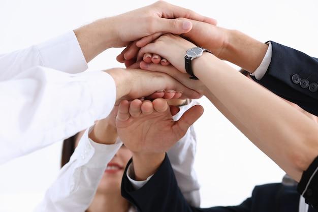 Grupo de pessoas de terno cruzou as mãos