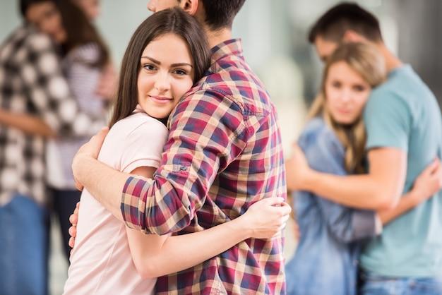 Grupo de pessoas deprimidas, abraçando uns aos outros.