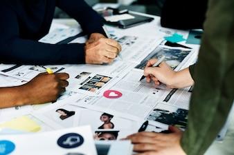 Grupo de pessoas diversas de brainstorming juntos