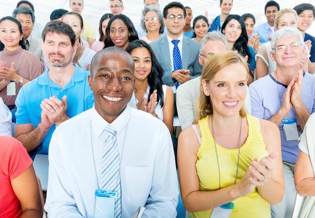 Grupo de pessoas diversas