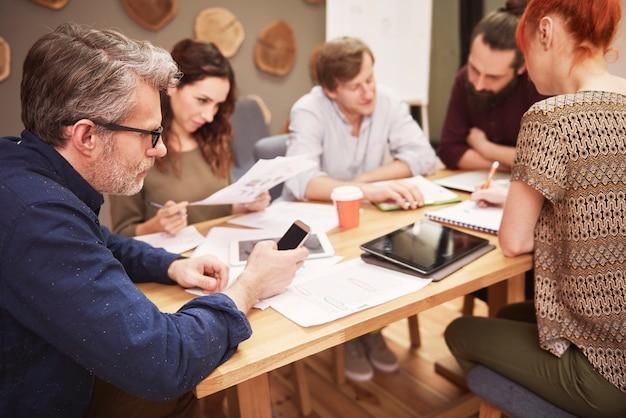 Grupo de pessoas durante a reunião de negócios