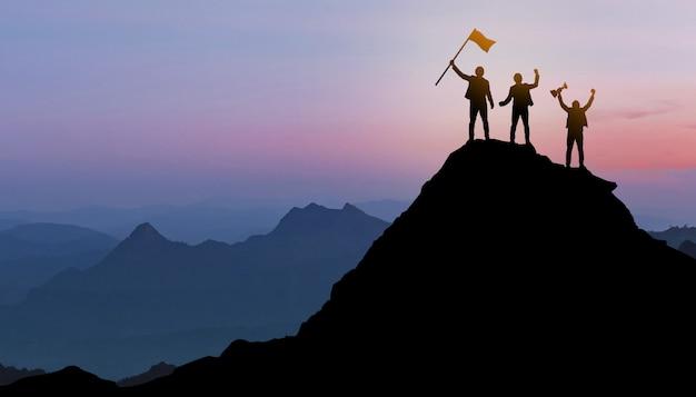 Grupo de pessoas em pé em uma montanha