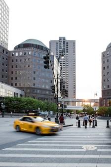 Grupo de pessoas em uma composição de cidade