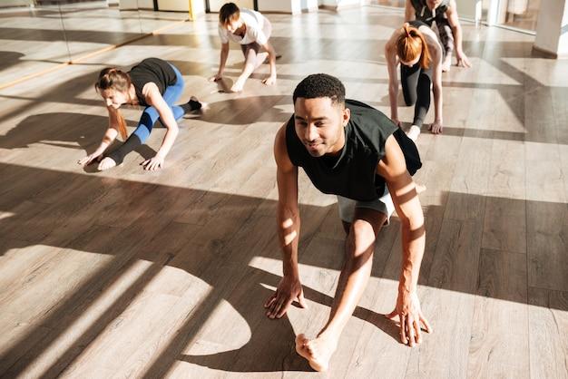 Grupo de pessoas envolvidas no yoga