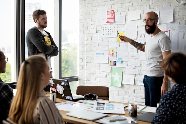 Grupo de pessoas equipe suporte inicialização apresentação de negócios