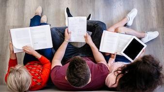 Grupo de pessoas estudando no chão