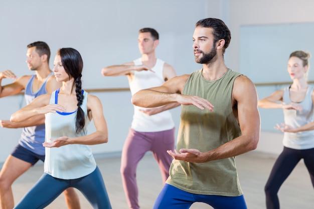 Grupo de pessoas exercitando