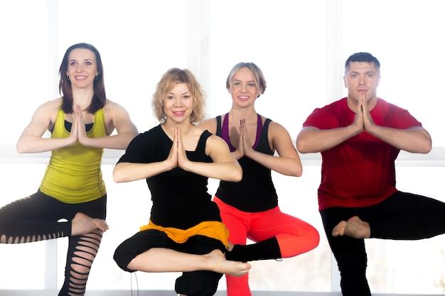 Grupo de pessoas fazendo exercícios de equilíbrio