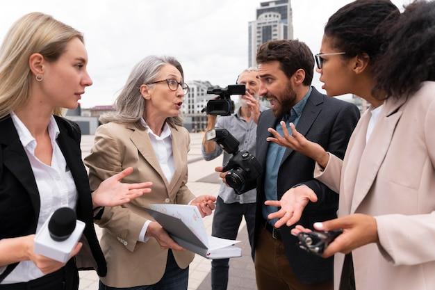 Grupo de pessoas fazendo uma entrevista ao ar livre