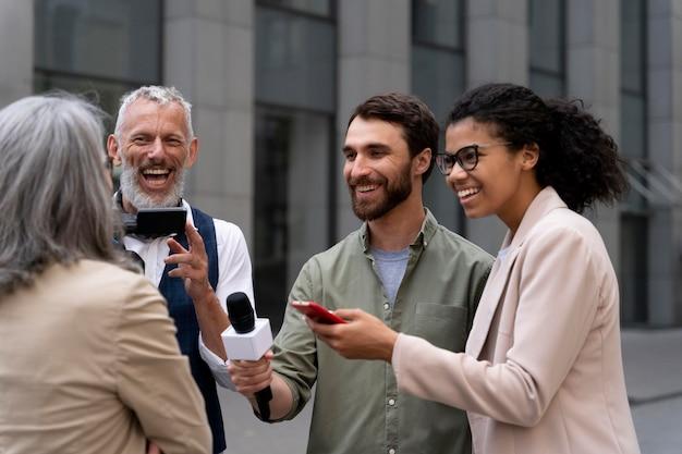 Grupo de pessoas fazendo uma entrevista de jornalismo