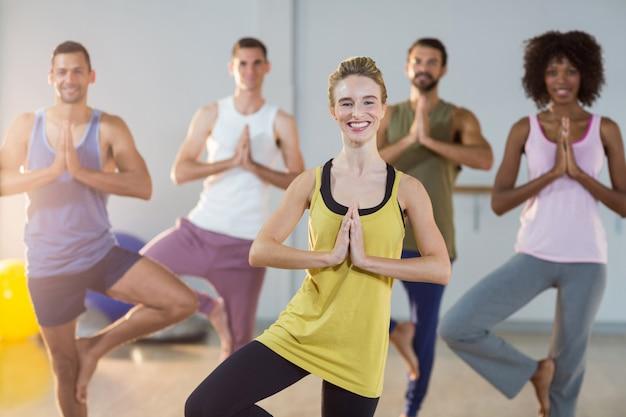 Grupo de pessoas fazendo yoga