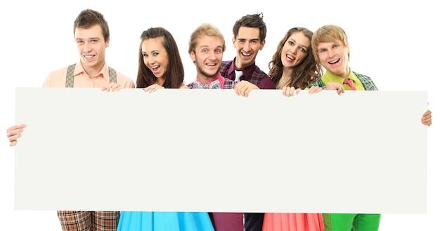 Grupo de pessoas felizes com o banner. isolado no branco