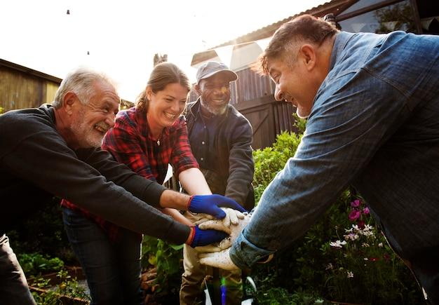 Grupo de pessoas jardinagem quintal juntos
